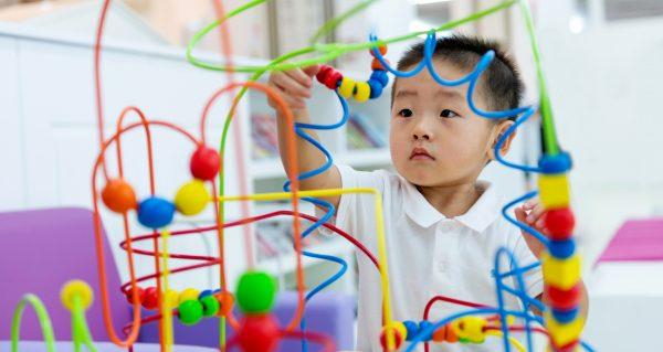 Un cube d'activité pour éveiller les sens de votre bébé